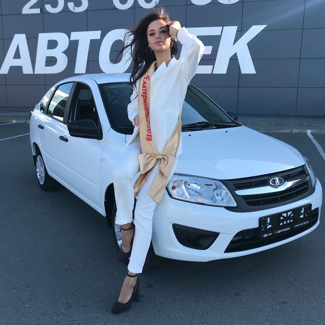 мисс екатеринбург и лада гранта в автосалоне Автовек